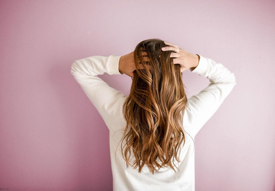 Frau mit langen Haaren von hinten