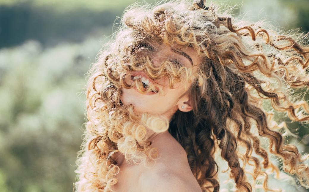 Junge Frau mit Naturlocken.
